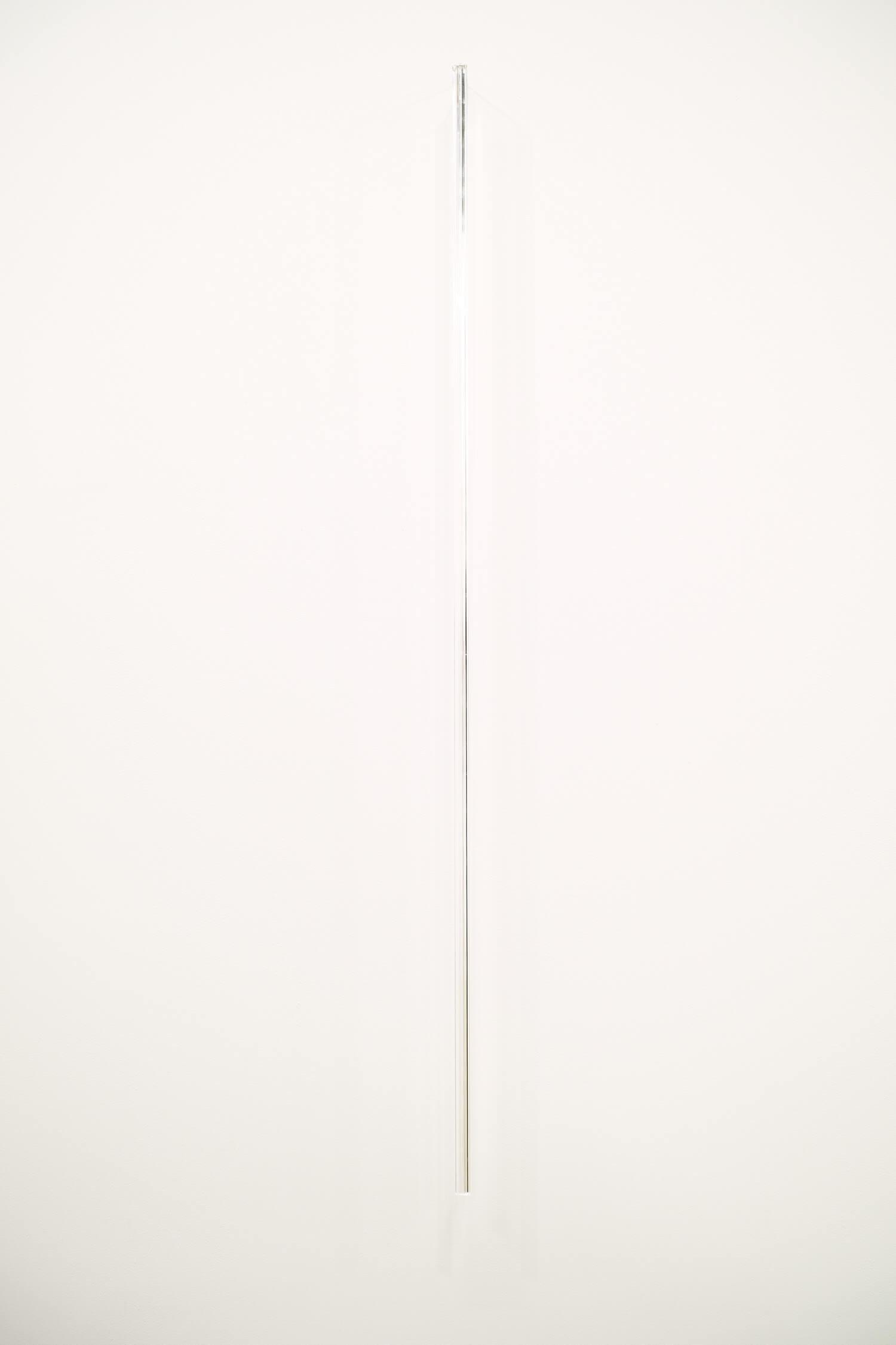 池田啓子 untitled 140328_2 透明アクリル棒(三角柱)、真鍮 7 x 14 x 900 mm 2014
