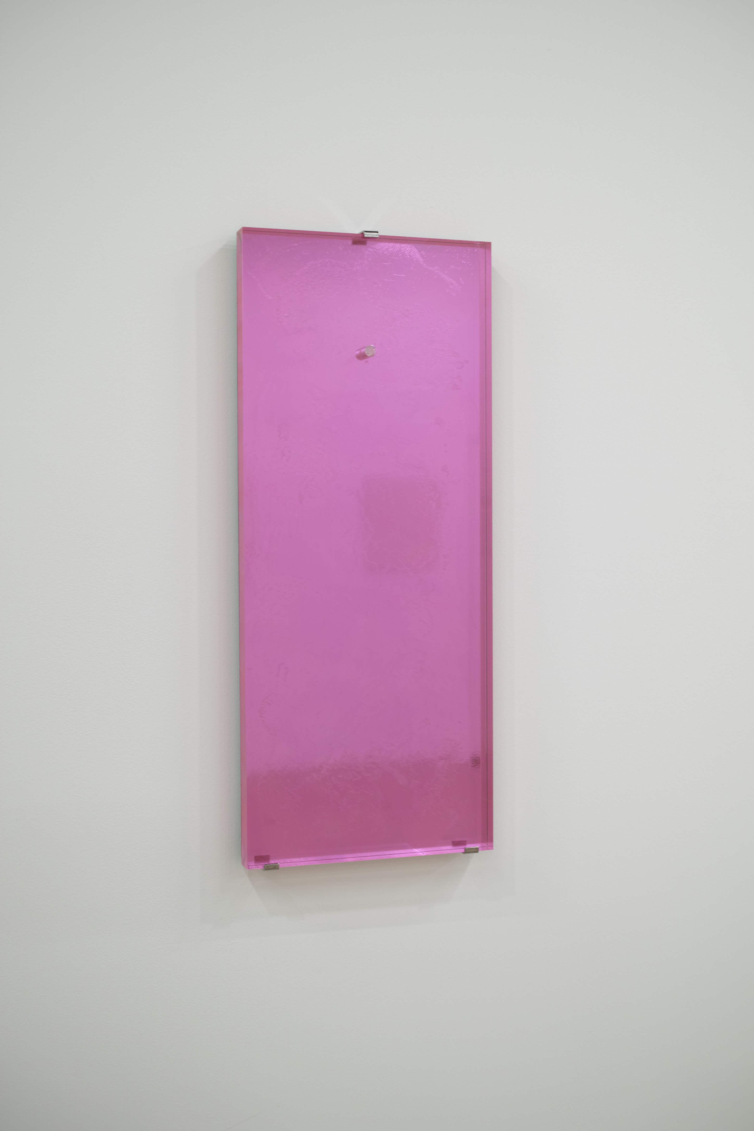 三嶽伊紗 鏡/微分する眼 鏡面アクリル、アクリル樹脂、蛍光塗料、カラーシート 25 x 60 x 2.5 cm 2010