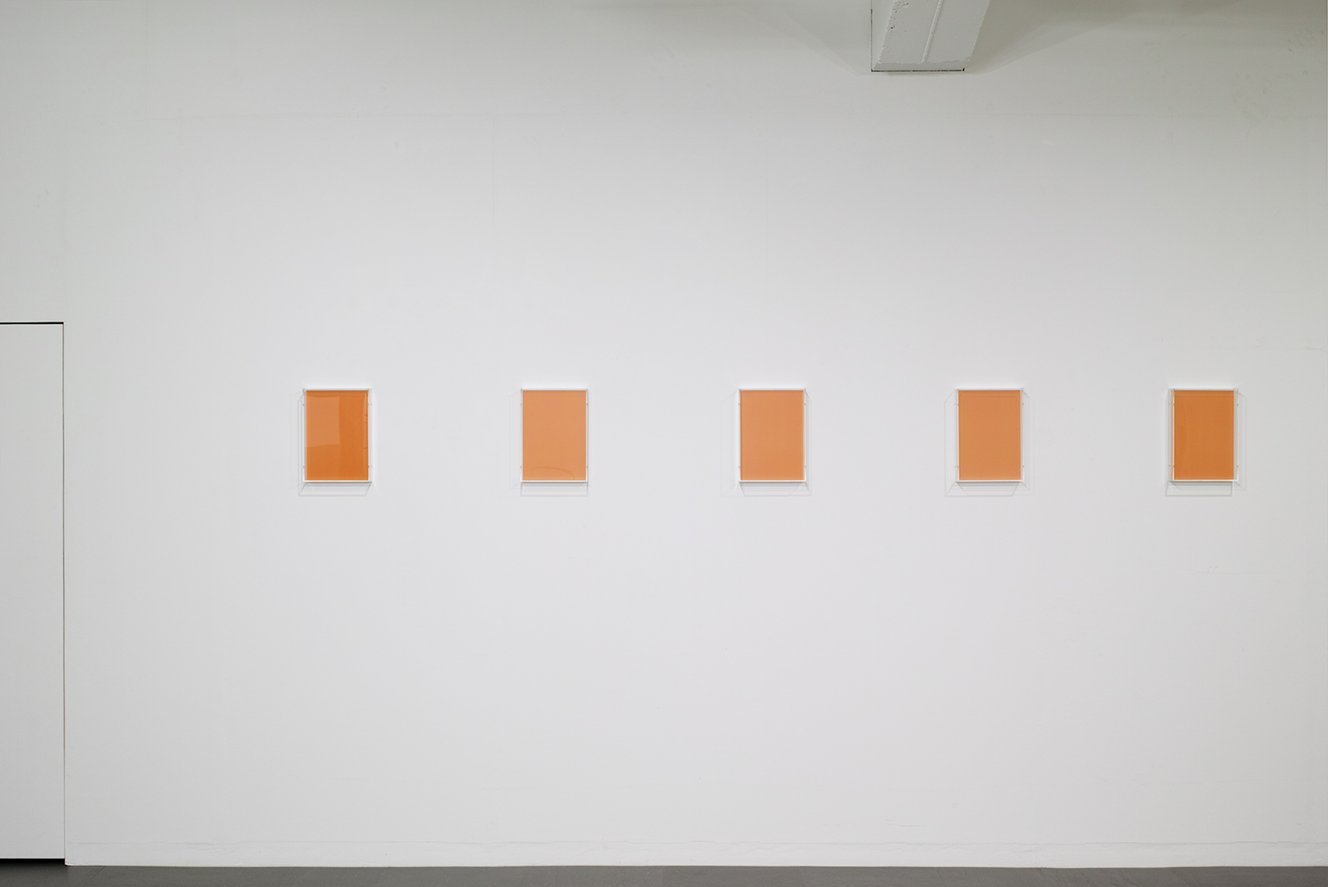 <strong>Untitled Orange</strong><br>紙、アクリルボックス、木材、紫外線 22x30.7x5.4cm each(set of 14) 2018