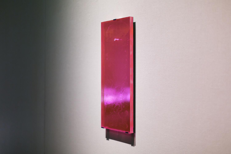 <b>鏡 / 微分する眼 mirror/differentiate eyes</b>  鏡面アクリル樹脂、蛍光塗料、カラーシート Mirror surface acrylic acid resin, fluorescent paint, color sheet 2010<br><font size=1.5>「鏡の上に指を置く。自分の指が映る。当然のことだが、鏡の上にガラスがある限り、鏡に映る指先に触れることは叶わない。アチラとコチラ。境界に位置するモノ。」