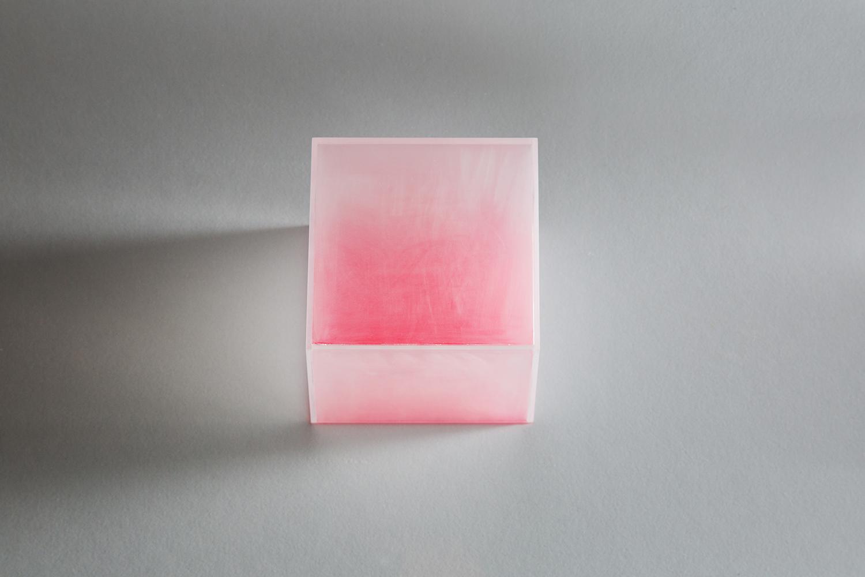 <b>イロ color</b> アクリル樹脂、蛍光塗料 acrylic acid resin, fluorescent paint 2010<br><font size=1.5>「高校の物理の時間だったと思うが、「物体色」を習う。アカイモノは、アカイ色以外を吸収し、アカイ色を反射する。<br>まるで禅問答のようだと思う。アクリルの箱に入れた「色」は発光するようにイロをみせた。」