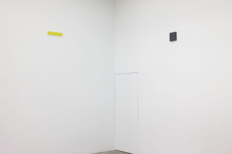 half note_lemon, silkscreen on perspex, 6 x 36 x 4 cm, 2018 (left)<br>half note_gray, silkscreen on perspex, 18 x 16 x 4 cm, 2018 (right)