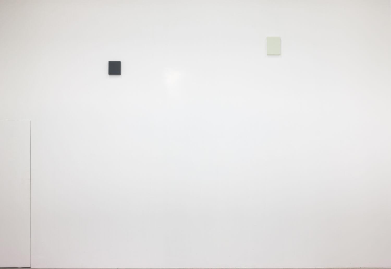 half note_gray, silkscreen on perspex, 18 x 16 x 4 cm, 2018 (left)<br>half note_light gray, silkscreen on perspex, 24 x 18 x 4 cm, 2018 (right)