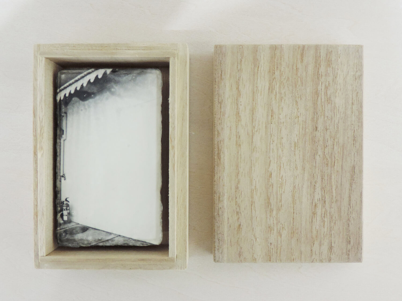 <b>余白の風景</b><br>和紙にゼラチンシルバープリント、桐箱入<br>900 × 55mm<br>2009