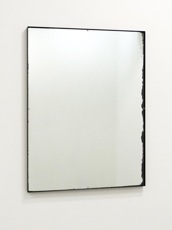 <b>事物が人間を見ている</b><br>鏡、鉄製フレーム<br>820 × 620 mm<br>2002
