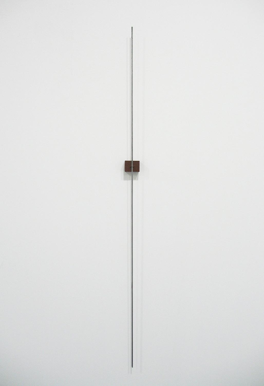 堀尾昭子 Akiko Horio<br>鉄線<br>鉄線、木、アクリル, 65.5 x 2.5  x 1.5 cm<br>2013