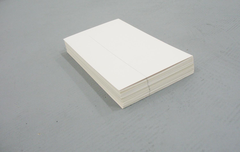 堀尾昭子 Akiko Horio<br>紙堆積<br>ケント紙,鉛筆 8 x 16 x 2 cm<br>2012