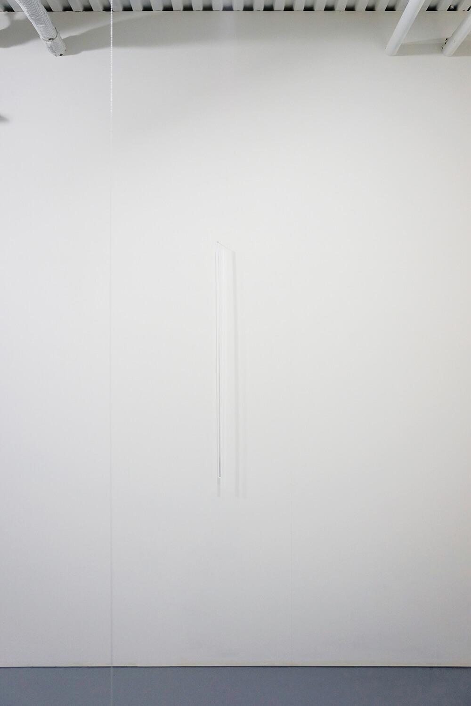 池田啓子 Keiko Ikeda<br><strong>untitled 140328</strong><br> Transparent acrylics stick (triangular prism), Brass 7×14×1010 mm 2014(right)<br> <strong>untitled 140226</strong><br> Nylon string φ1 mm, variable(H)(left)