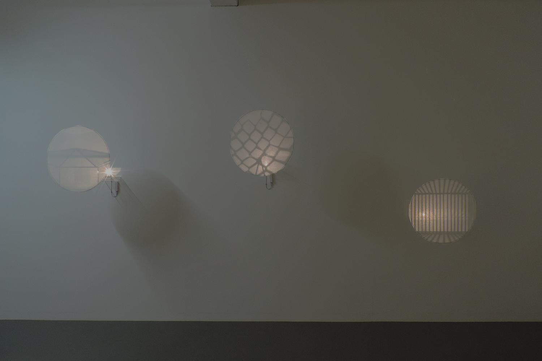 <b>inside</b><br>ガラス、鉄、アクリル、照明、針金、和紙<br>φ11 x 2 cm 2017
