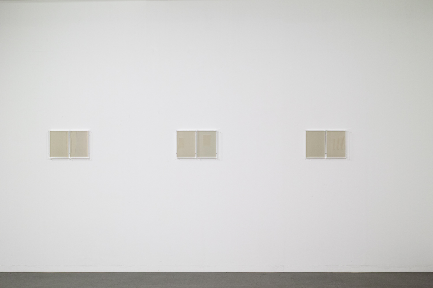 <strong>Untitled Grey</strong><br>紙、アクリルボックス、木材、紫外線 22x30.7x5.4cm each(set of 2) 2018