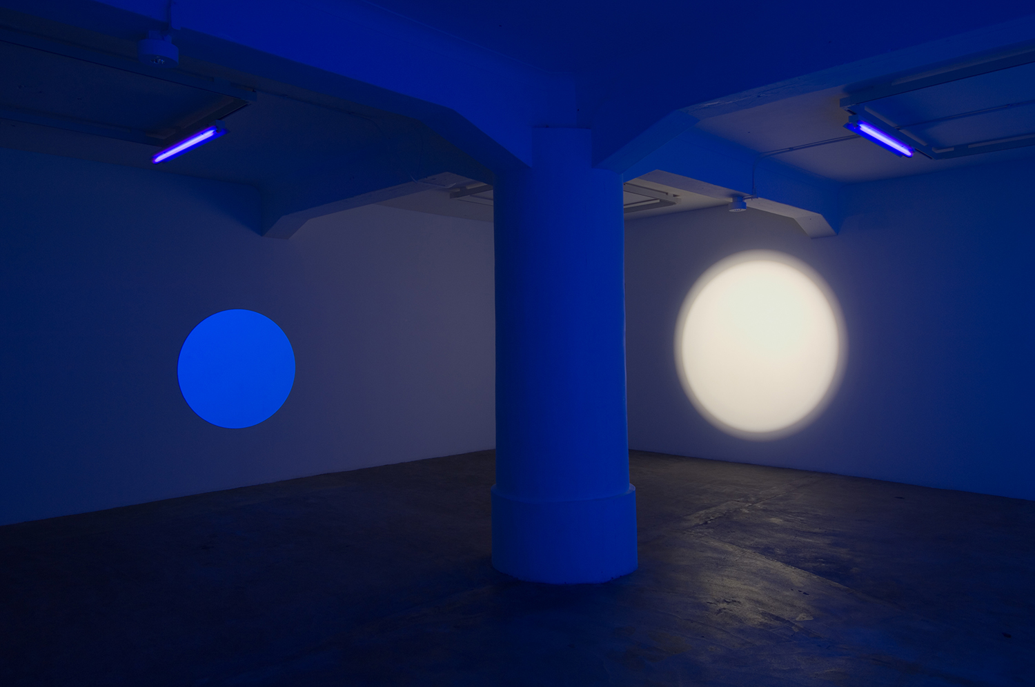 light work 2007#03<br>acrylic gauche, black light, diameter 120 cm, 2007 (left)<br>light work 2007#04<br>acrylic gauche, black light, diameter 215 cm, 2007(right)