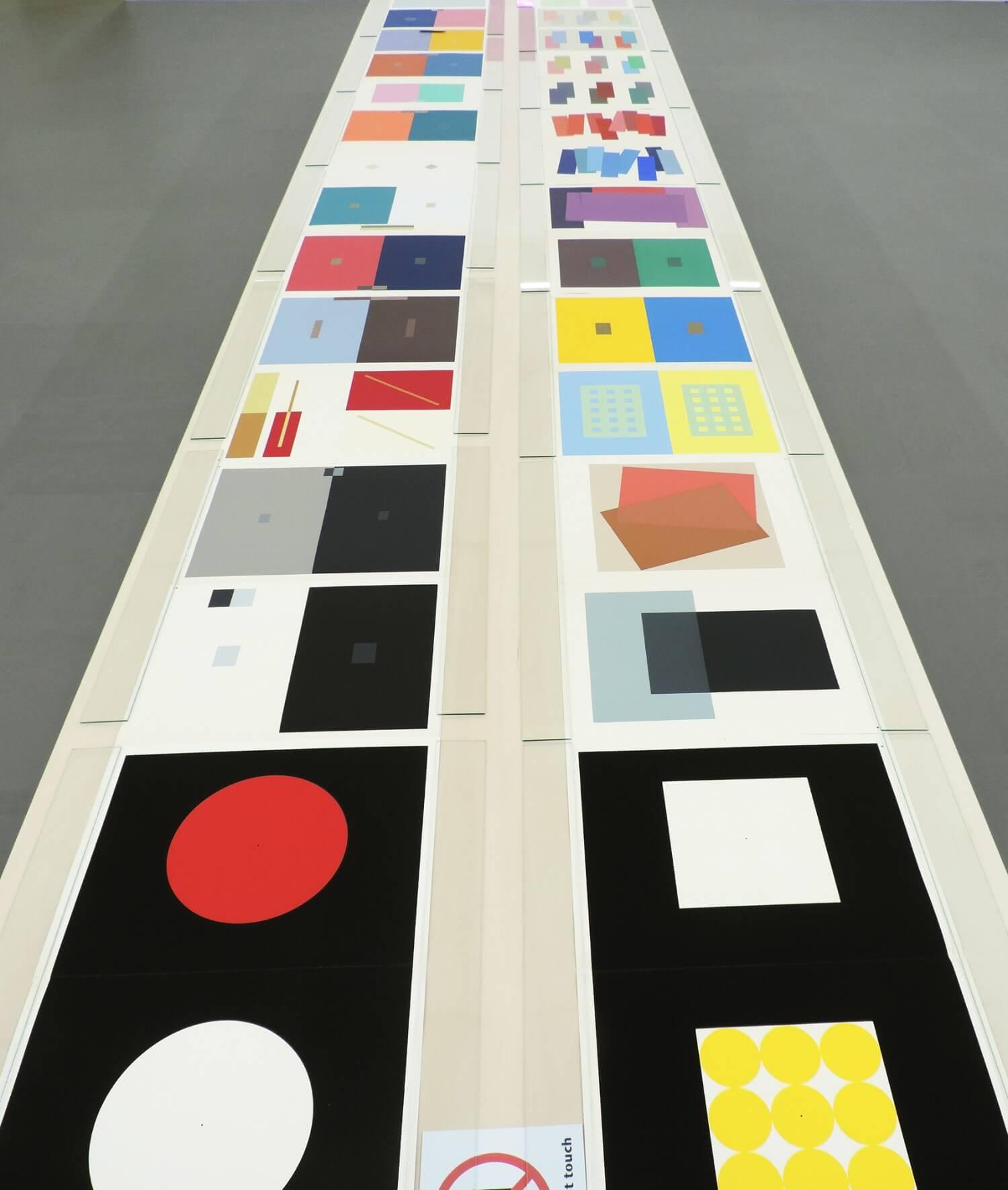 Josef Albers<br>interaction of color80 / silkscreens, 33 x 25.5 cm, 1963ケースサイズ, 37 x 28 x 14.5 cm