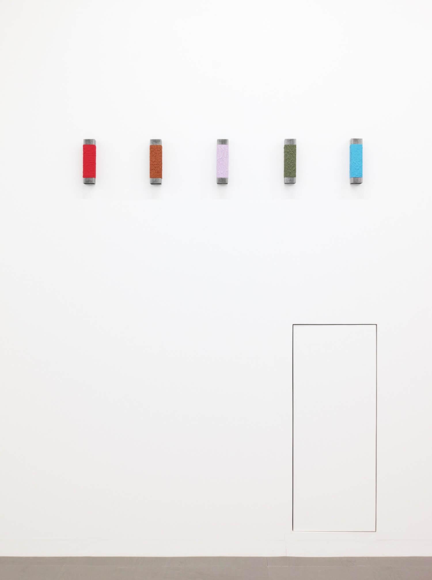 北野吉彦<br>無題 - 深紅(日本の古色シリーズ)<br>無題 - 蒲色(日本の古色シリーズ)<br>無題 - 藤袴色(日本の古色シリーズ)<br>無題 - 松葉色(日本の古色シリーズ)<br>無題 - 空色(日本の古色シリーズ)<br>(左より)<br>Oil on iron square pipe, 200 x 50 x 50 mm, 2017 each