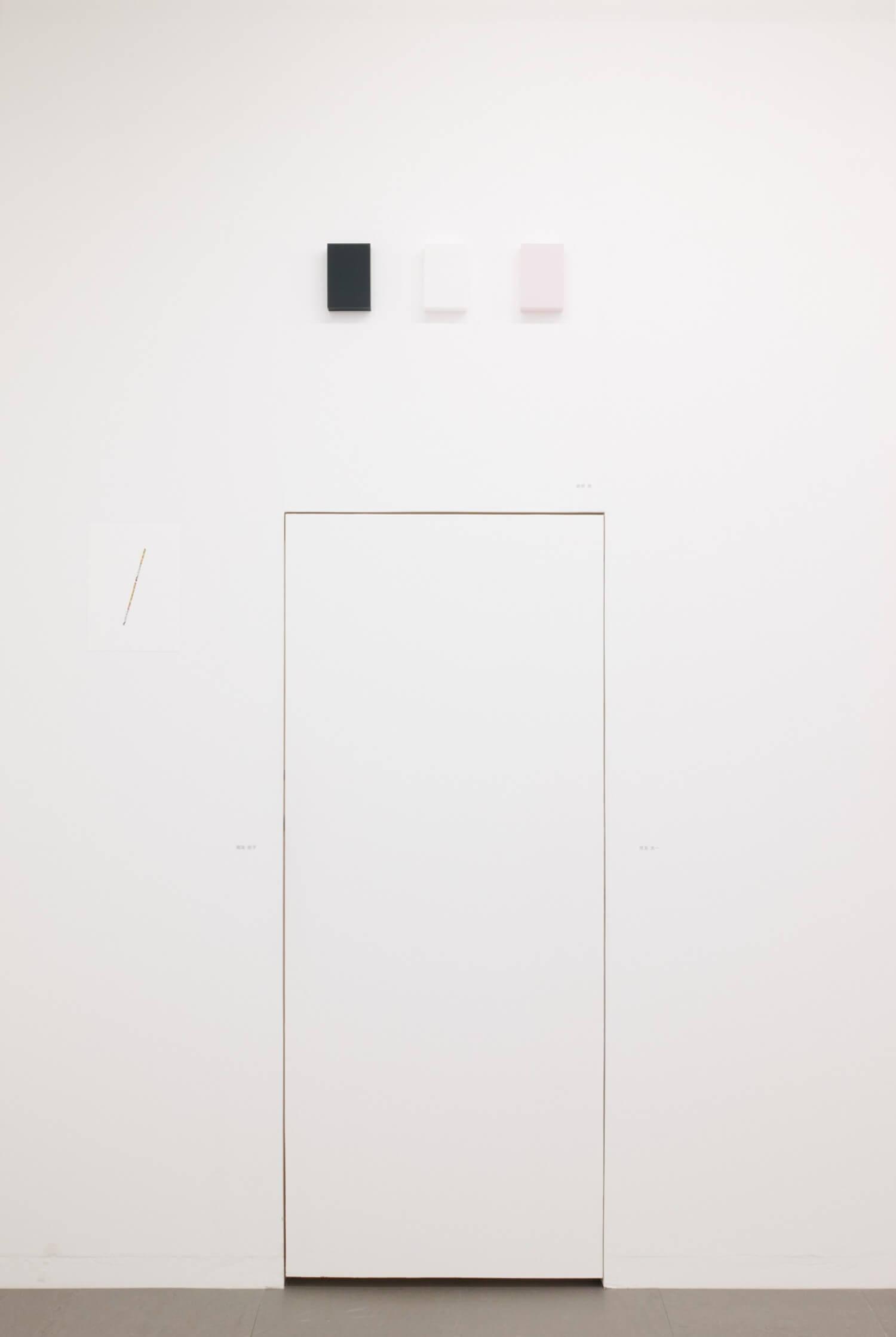 越野潤<br>WORK16-3 (dark blue) / アクリルにシルクスクリーン, 15 x 10 x 4 cm<br>2016WORK17-1 (off- white) / アクリルにシルクスクリーン, 15 x 10 x 4 cm<br>2017WORK16-10 (pink) / アクリルにシルクスクリーン 15 x 10 x 4 cm 2016