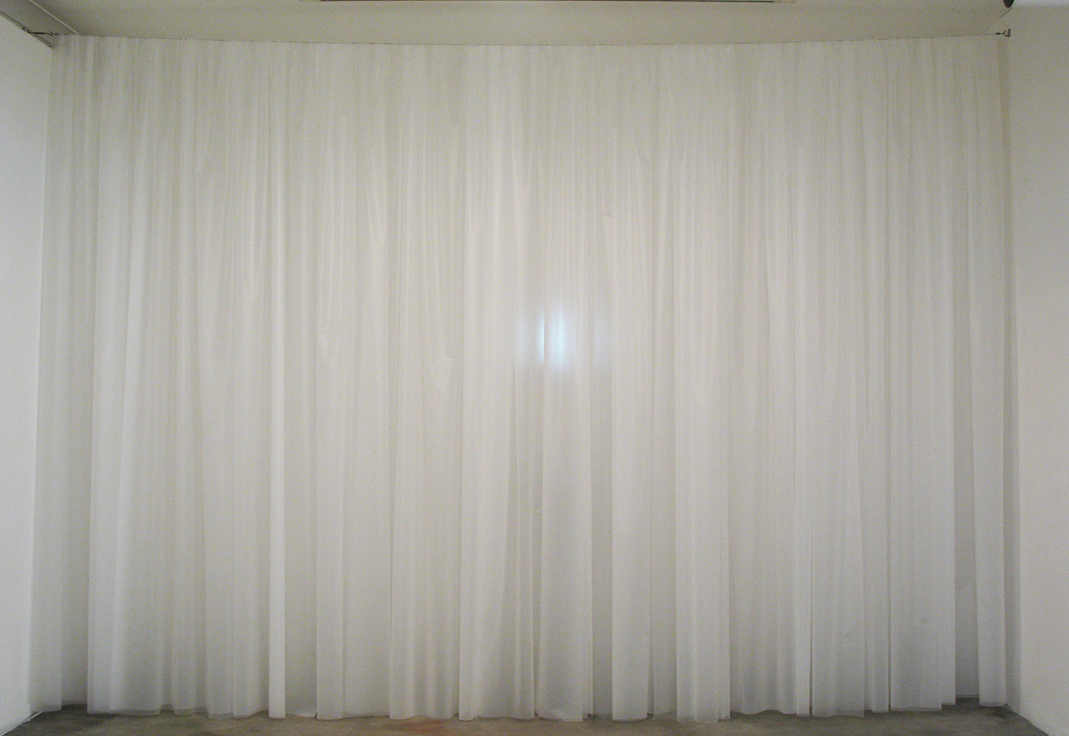 カーテンの向う|beyond curtain / シロイ カーテン|white courtain<br>Plastic sheet, video  h3000 x w4430 mm 2010