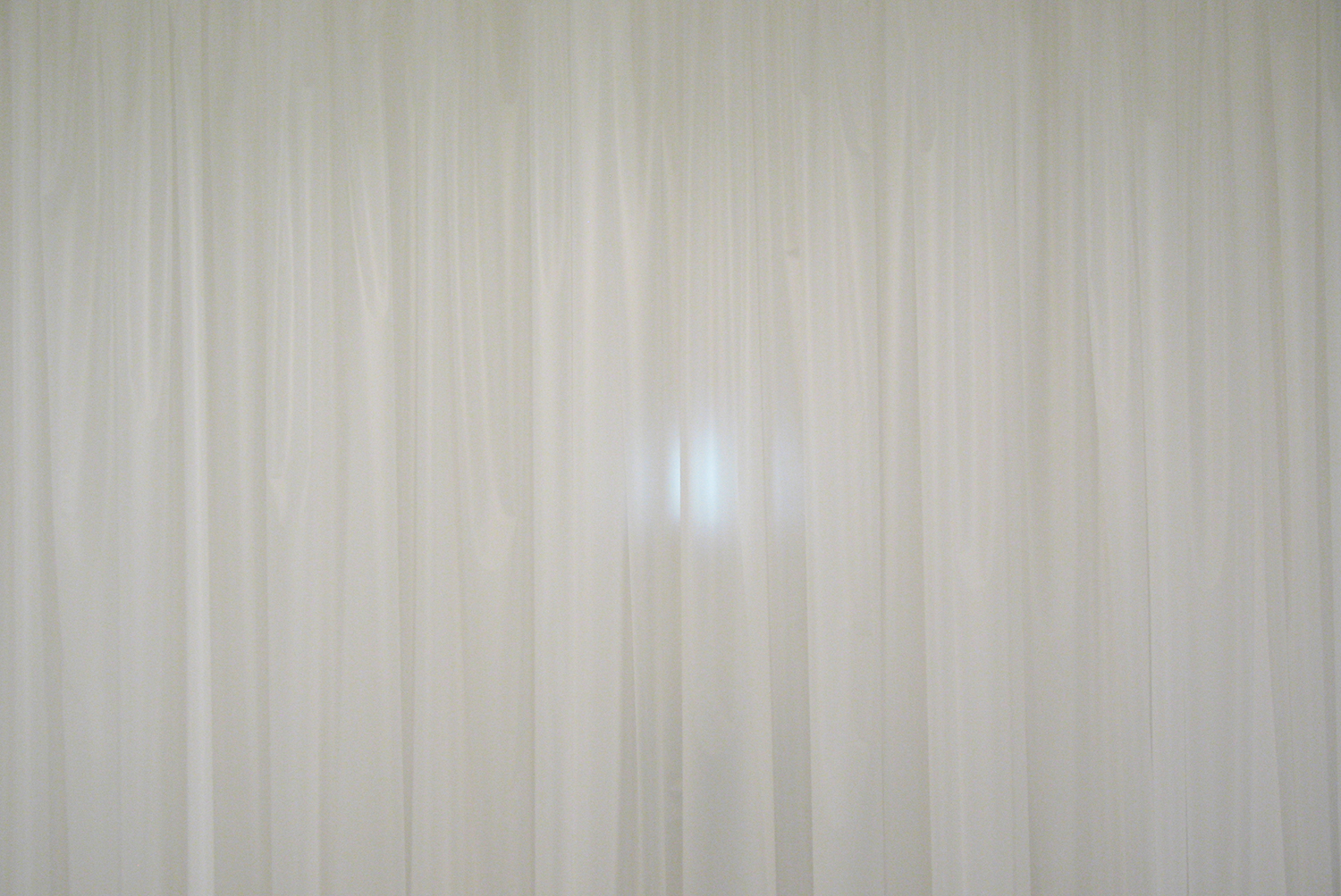 detail:カーテンの向う|beyond curtain / シロイ カーテン|white curtain<br>Plastic sheet, video  h3000 x w4430 mm 2010