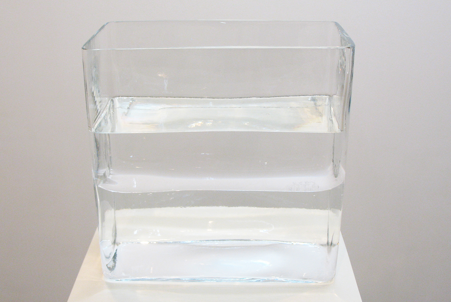 境界1|border 1<br>water, glass, windshield<br>245 x 245 x 120 mm pedestal: 300 x 300 x 1150 mm 2010