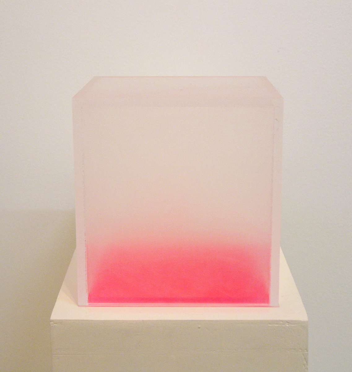 イロ/微分する眼|color/differentiated eyes<br>acrylic acid resin, fluorescent paint 123 x 123 x 123 mm (pedestal: 150 x 400 x 702 mm)