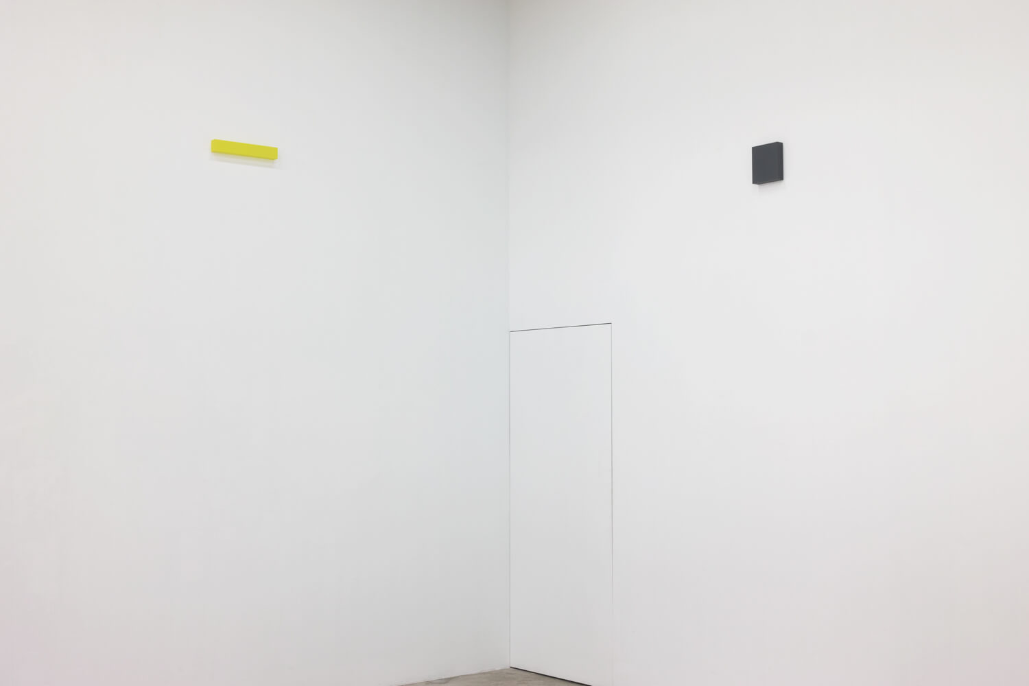 half note_lemon, silkscreen on perspex, 6 x 36 x 4 cm, 2018 (left)<br>half note_gray, silkscreen on perspex, 18 x 16 x 4 cm, 2018 (right)