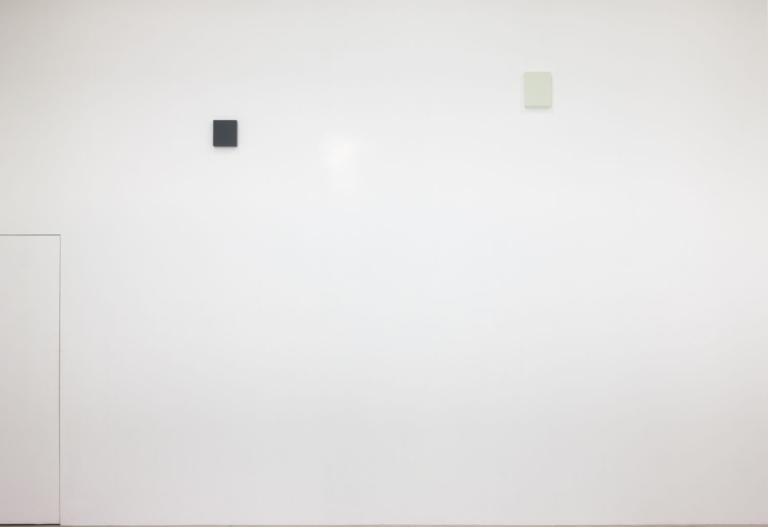 half note_gray, silkscreen on perspex, 18 x 16 x 4 cm, 2018 (left)<br>half note_light gray, silkscreen on perspex, 24 x 18 x 4 cm, 2018 (right)