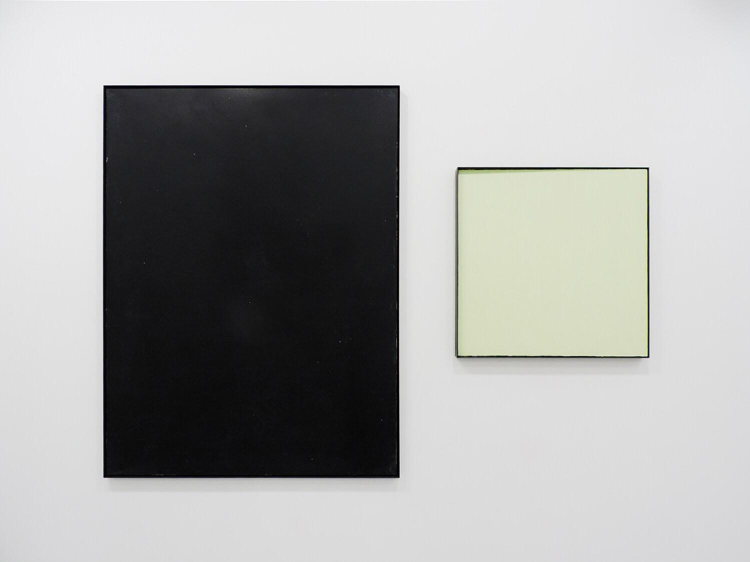 <b>black board</b> 木製パネルに綿布、黒板塗料、鉄製フレーム 1234 × 930 mm 2009(左)<br><b>縦方向の線で構成される四角形</b> パネルにアクリル絵の具、蓄光粉末、鉄製フレーム 600 × 600 × 40 mm 2014(右)