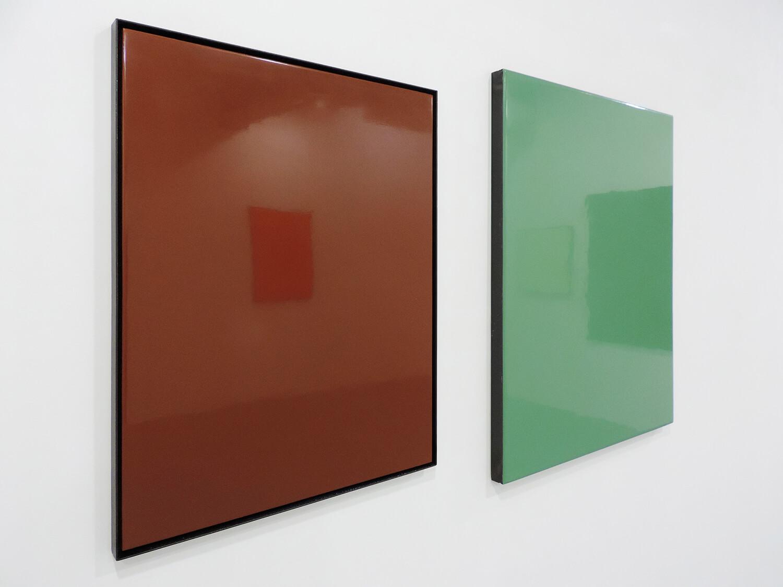 <b>clear brown</b> 木製パネルに綿布、合成樹脂塗料、鉄製フレーム 710 × 522 mm 2009(左)<br><b>カントリーグリーン</b> 木製パネルに綿布、合成樹脂塗料、鉄製フレーム 762 × 615mm 2009(右)