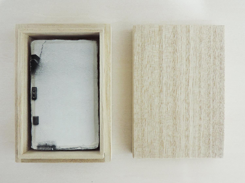 <b>直角のかたち</b><br>和紙にゼラチンシルバープリント、桐箱入<br>900 × 55mm<br>2009