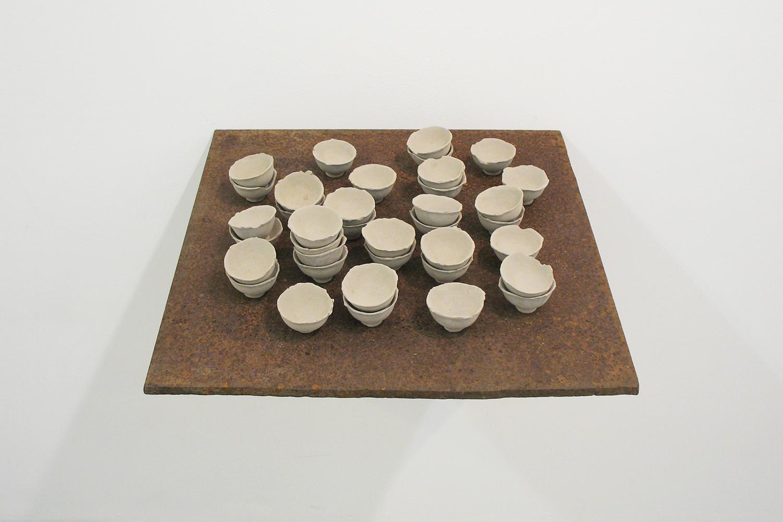 形を借りて|陶土・鉄板・棚受け金具|522 × 451 × 455 mm|2009
