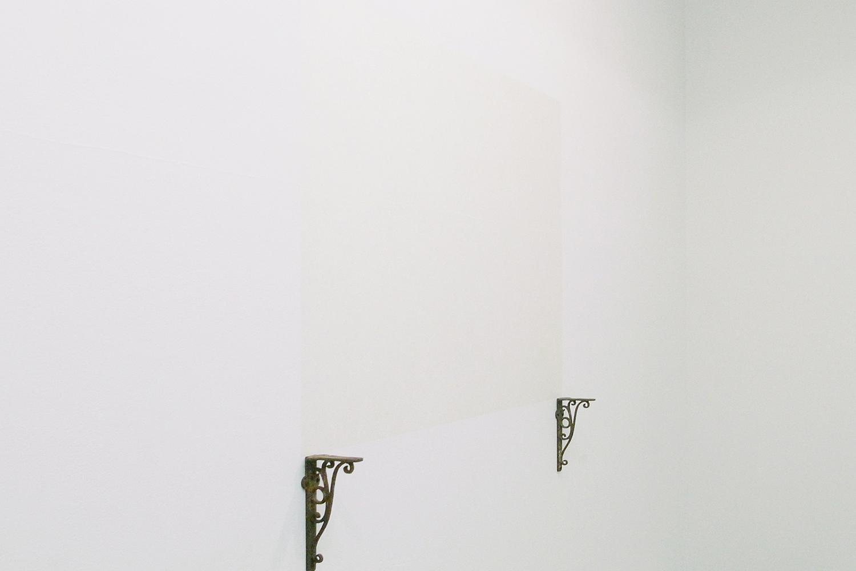 棚上空間|棚受け金具・美濃紙|722 × 810 mm|2009