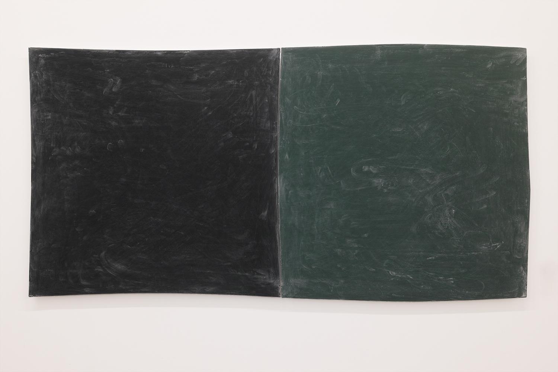 Drawing boards|Black board paint and chalkon panel |750 x 750 x 20, 770 x 770 x 20 mm|2020<br><br>黒板はなにかを書くためのものだけれど、書いたものは消される。消さないと次が書けない。