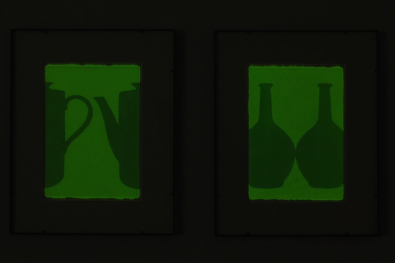 輪郭を探す・A-a & 輪郭を探す・A-b/looking for outline|Luminescent pigment on Japanese paper, iron|555 x 455 x 25 mm|2019<br><br>このところ蓄光顔料をよく使う。色彩としてではなく単に発光する物質として存在するこの粉末が気になるからである。絵の具は単なる物質である。<br>そういうことを逆説的に語る蓄光顔料というものが面白く感じられるのだ。光を消すと輪郭線が黒く現れる。「消すと現れる」というのも逆説的で興味深い。