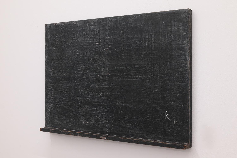 Initialize|Calk on old black board|610 x 905 x 65 mm|2020<br><br>ネットで古い黒板を見つけて購入した。チョークの跡がわずかに残っていて、右下には「I 」「K」のような文字がある。<br>K の左隣にある「I」にちょっと書き足しをしたら「K」になることに気づき、ますます欲しくなって買ってしまった。<br>僕のイニシャルは「K.K.」だから、ちょっと手を入れるだけで自分のサインのようになる。「Initialize」とはパソコン用語で、「初期化」を指す。