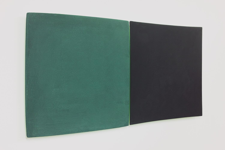 線を見つける・A/Find the line A|Blackboard paint (green / black)  on the panel,  luminescent pigment|300 x 300 x 20, 290 x 290 x 20 mm|2020<br><br>「四角形は4 本の直線でできている。この四角い形を複写すると、それらの直線が歪むことがある。<br>これはレンズの「収差」の一種で、膨らんで見える収差を「樽型」凹んで見える収差を「糸巻き型」と呼んだりしている。2 つの収差矩形を並べると、隙間に新たな曲線が生じる。
