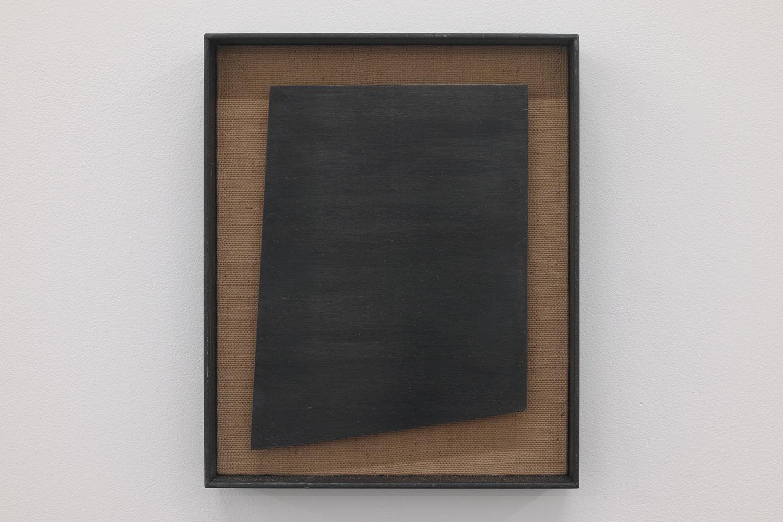 四角形を作る4 本の直線/4 straight lines to make a rectangle|Linen, copper plate on the panel, iron|200 x 165 x 30 mm|2019<br><br>スマホの画面・パソコンのモニター・絵画・写真・窓・ノート・新聞・・・。周りを見渡すと四角い形がいっぱいだ。<br>僕たちは矩形という形態に気を許している気がする。
