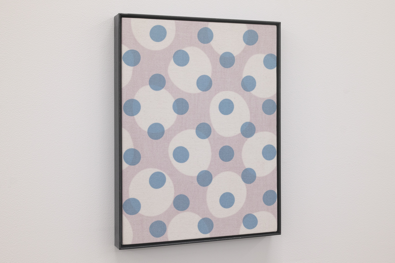 WHITE・blue|Acrylic paint, cotton on the panel, iron|295 x 225 x 25 mm|2020<br><br>正円にプリントされて規則正しく並んでいる生地を、引っ張りながらパネルに貼る。そうすると正円の形が歪む。<br>作業に必要な別のルール(しっかり貼るための)が元の形を変形させるのだ。形を変形させることが目的ではない。<br>正確なプリント形状と、自分の力・・・この2 つの事情でこの状態ができあがる。<br>宮澤賢治の「雨ニモマケズ手帳」を見たことがある。賢治の生前の肉体が作った痕跡、筆圧と筆跡が生々しかった。<br>ここには自分の「力」だけの痕跡が残っている。力は肉眼では見ることができないが、痕跡からそれを感じる。