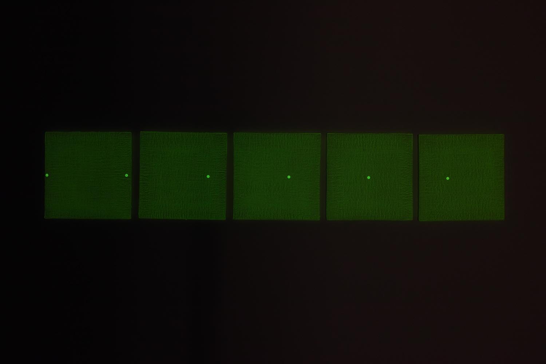 等間隔/Equal interval|Acrylic paint,  luminescent pigment and seal on panel|215 x 215 x 20 mm set of 5|2020<br><br>等間隔に並んだ正方形に、等間隔の印を打つ。二つのルールが重なる様子。<br>蓄光顔料とシールを用いているが、それぞれの蓄光時間と発光色が違う。