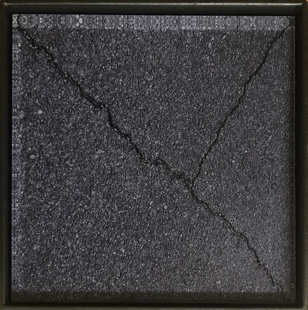 対角を見つける/find the opposite angle|Lambda silversalt print, acrylic board, iron|192 x 192 x 50 mm|2017<br>人類が矩形を意識し始めたのはいつからだろう。太古の昔は、四角い形で対象を切り取る、ということはなかったはずだ。<br>住居が生まれ、建築物を作り始めることで四角い形が生じ、四本の直線が矩形を意識させたのかもしれない。