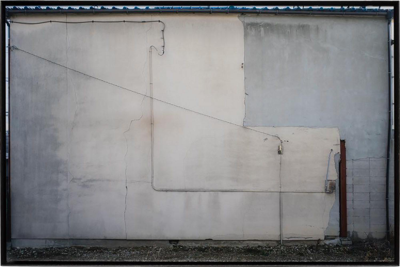 隙間の風景・B/Scenery of the gap|Lambda silversalt print, acrylic board, iron|565 x 855 x 30 mm|2017<br>テレビやパソコンなどのモニター・新聞紙・ノート・窓・絵画・・・そういう四角い形を抵抗なく受け入れながら我々は情報を共有する。<br>同様にカメラのファインダーも四角い形(矩形)である。矩形を意識すると、き「どこをどう切り取るか」と必要以上に神経質になってしまう。