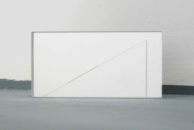堀尾昭子 Akiko Horio<br>アクリルミラー<br>アクリルミラー, カッター線 12 x 6 x 0.6 cm<br>2013