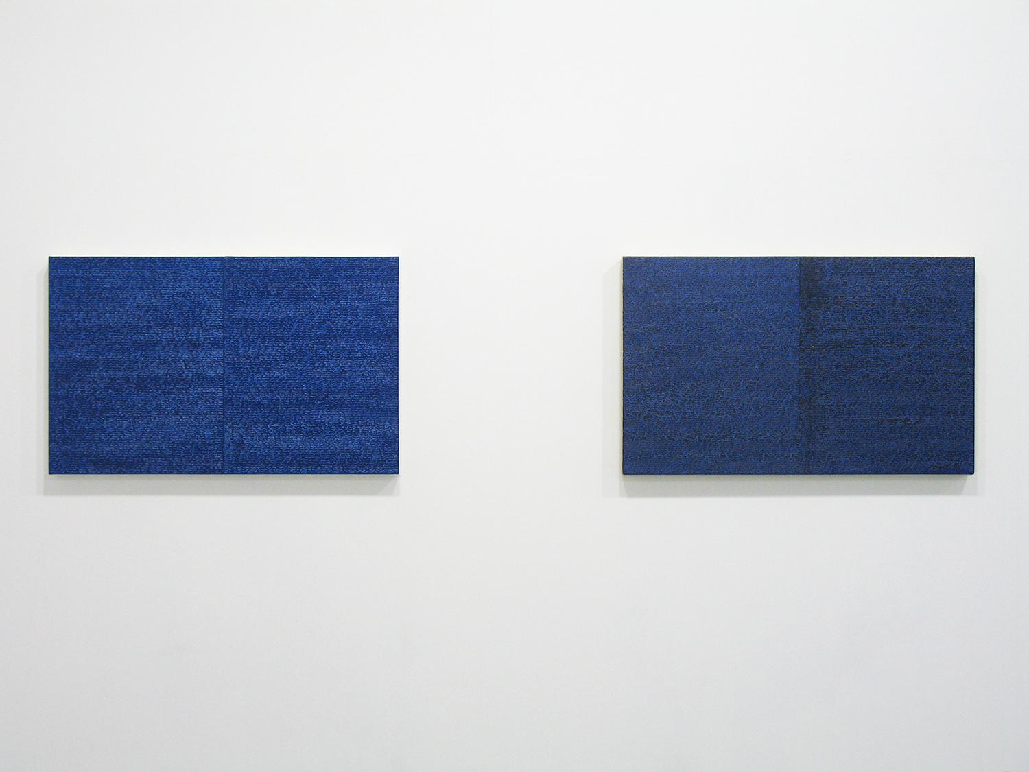 サイモン・フィッツジェラルド Simon Fitzgerald<br>Open Book blue-blue (left) Open Book blue-blue dark (right)<br>Oil, Amber on canvas over panel 37 x 60 cm<br>2008 each