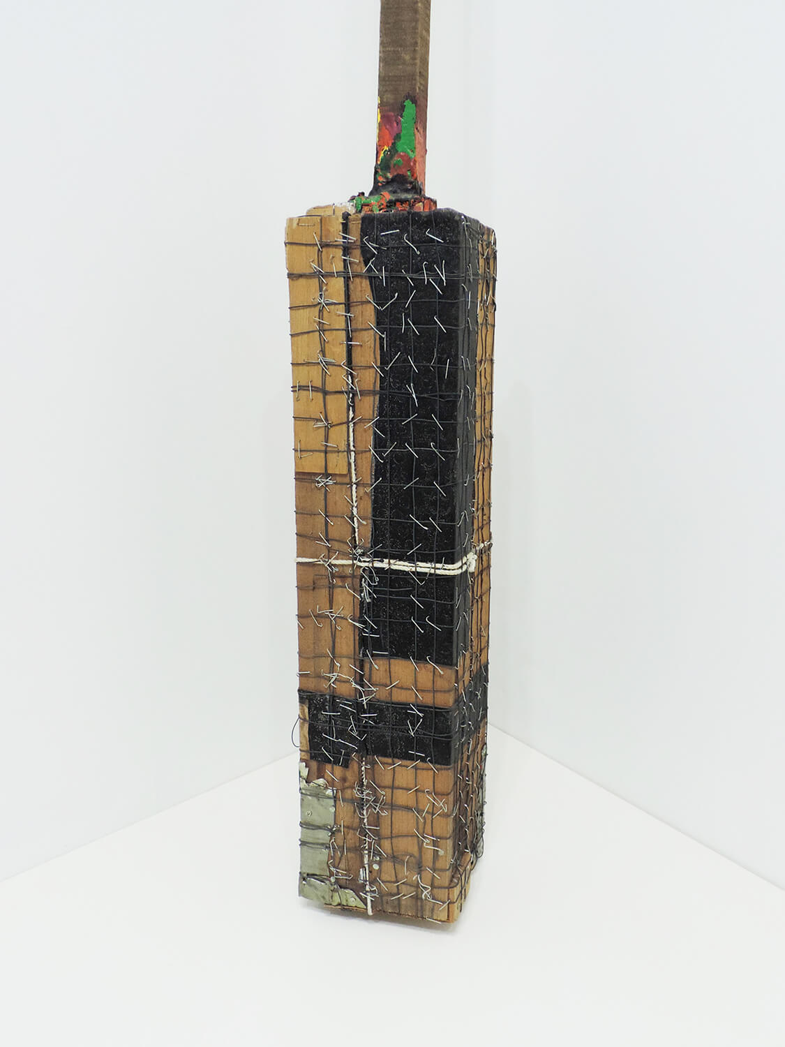 <b>Music / 音楽 - detail</b><br>Acrylic on wood, wire, rope, metal, cloth, nails 199.5 × 12 × 13 cm 1985