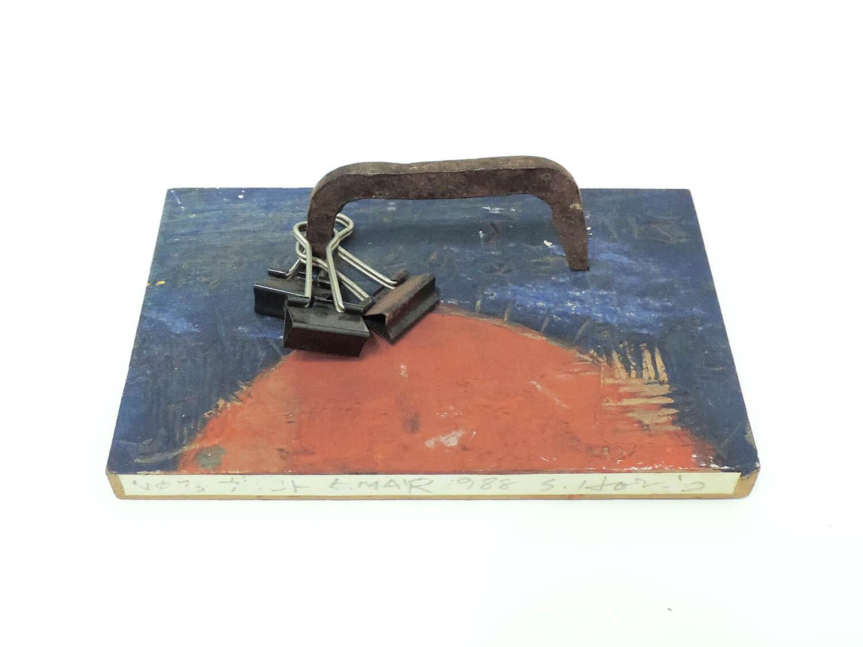 <b>Garagoto / ガラゴト 空気をとじる</b><br>Acrylic on wood, clip, iron 15 x 9.5 x 5.2 cm 1988
